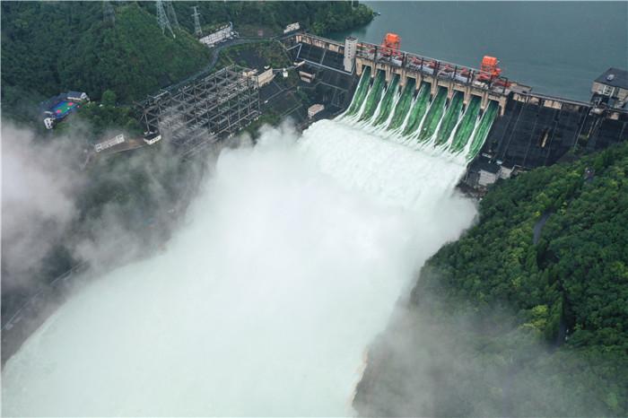 7月8日开启9孔泄洪的新安江水库(无人机照片)。新华社记者 翁忻旸 摄
