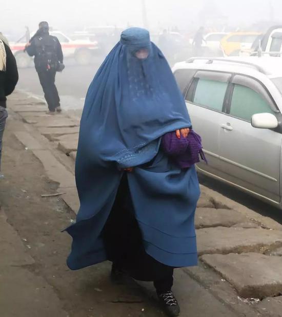 雾霾中的阿富汗妇女。新华社发