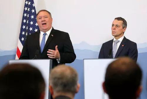 6月2日,在瑞士贝林佐纳,美国国务卿蓬佩奥(左)与瑞士联邦委员兼外长卡西斯出席联合新闻发布会。新华社/路透