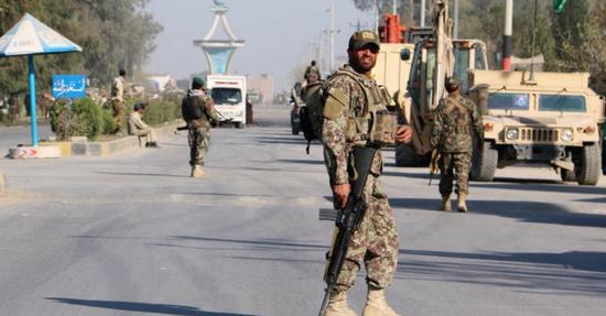 在现场戒厉的阿富汗武士
