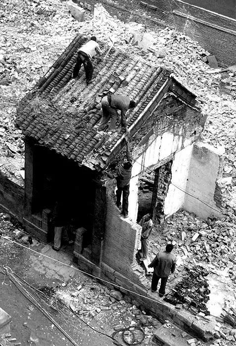 2002年秋,拆迁中的丁宝桢故宅门楼。网友 月上中秋摄