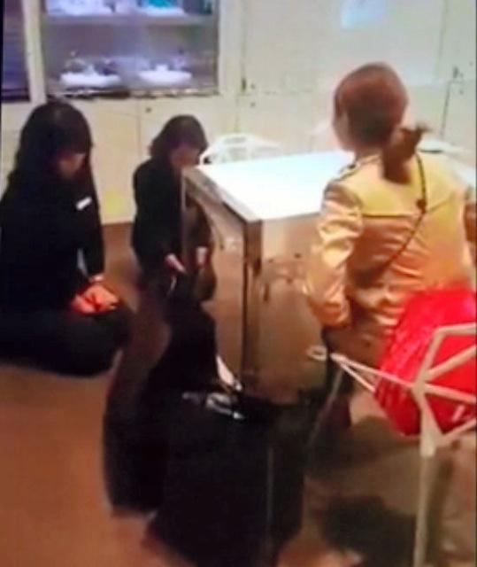 女顾客强驯服务员下跪(东亚日报)