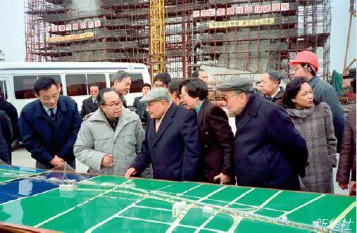 1992年2月7日,邓幼平(前中)、杨尚昆(前右)考察上海杨浦大桥浦东工地。(新华社)