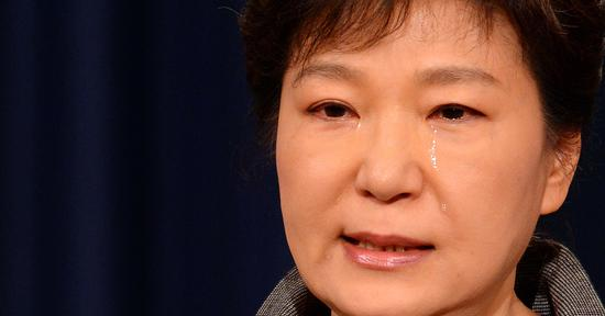朴槿惠被检察官审讯时曾委屈流泪。(资料图)