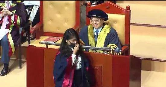 """香港理工大学校长拒绝与戴口罩毕业生握手,该校学生会就此发布声明""""谴责""""。"""