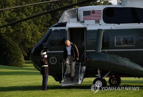资料图:特朗普走下专用直升机(韩联社)