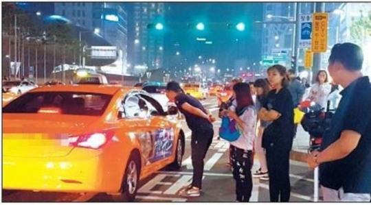 韩国街头的打车场景