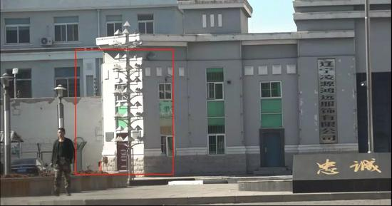 红框处即为从凌源第三牢狱外进会面室的进口。新京报记者孙旗摄