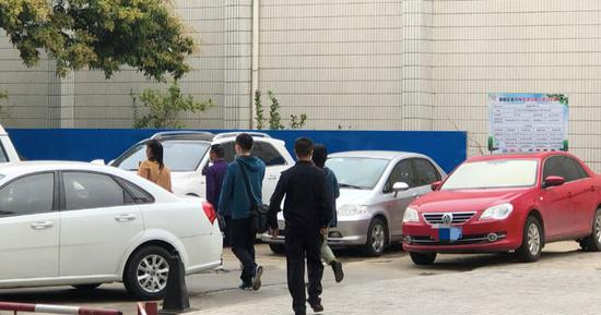 3月7日下昼1点旁边,申军良夫妇和家人在警方的带领下进入增城区公安局刑警大队,准备和申聪见面。新京报记者王翀鹏程摄