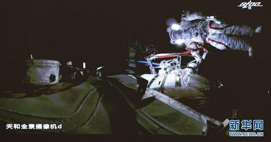 7月4日在北京航天飞行控制中心大屏拍摄的神舟十二号乘组航天员刘伯明、汤洪波在舱外工作场面。新华社记者 金立旺 摄