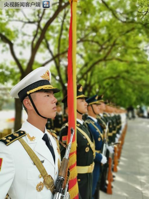 △三军仪仗队正在列队。(央视记者荆伟拍摄)