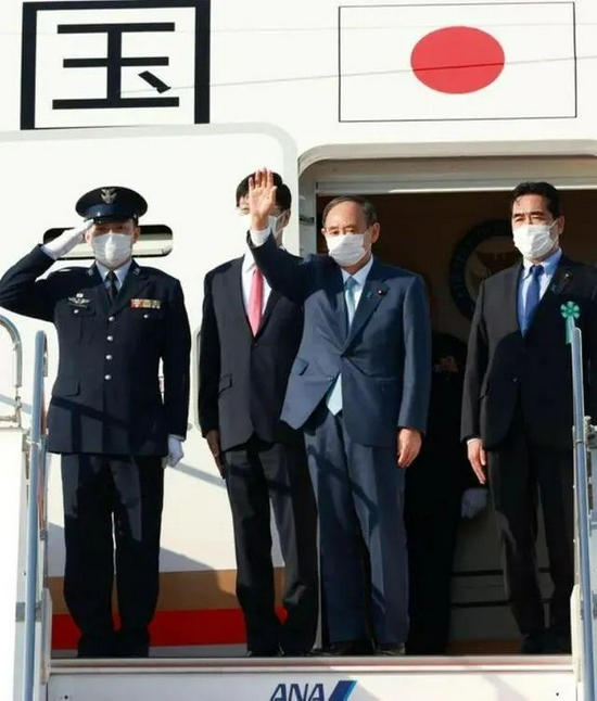 On the afternoon of September 23, Yoshihide Suga (second from right) took the Japanese government plane to the United States for his final foreign visit
