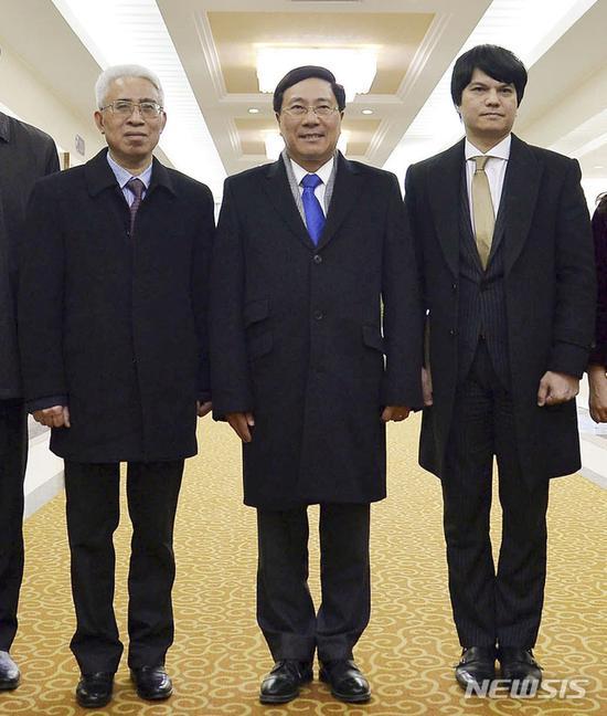 中间为越南副总理兼外长范平明/韩国纽西斯通讯社