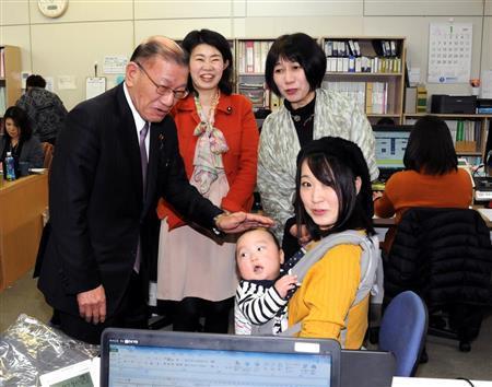 宫腰光宽视察鼓励带孩子上班的公司(茨城新闻)