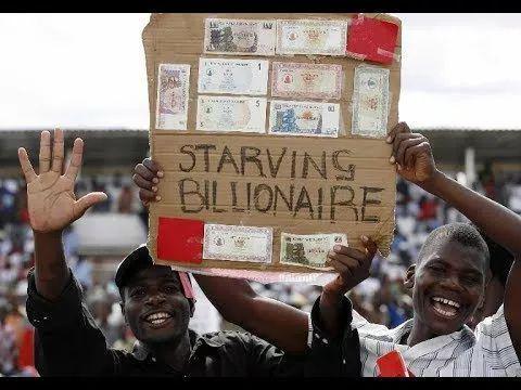 """纸板上写着""""挨饿的亿万富翁"""" (图片来源:Youtube截图)"""