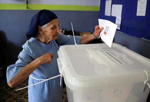 5月6日,选民在黎巴嫩首都贝鲁特的一个投票站内投票。(新华社/美联)