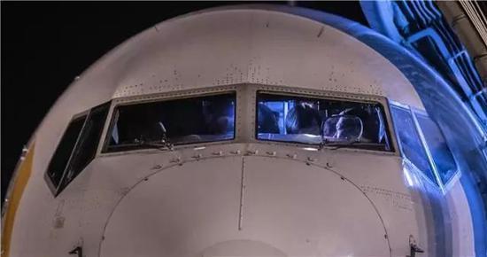 图为实走此次验证飞走义务配备HUD机载光学表现编制的波音737-800型客机
