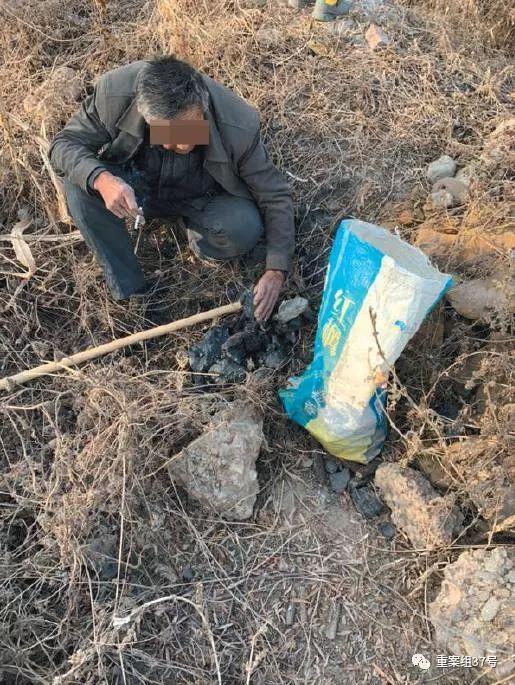 ▲11月27日,别名村民敲开煤矸石,挑选其中能烧的片面。 新京报记者 李明 摄
