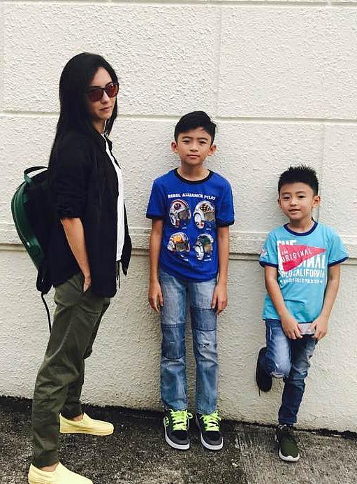 张柏芝与两个大儿子。图/视觉中国