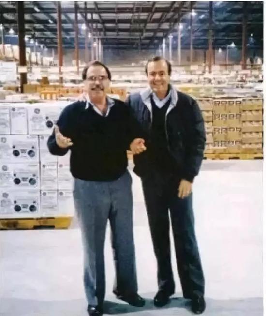 吉姆·西格尔和联合创始人杰弗里·布罗特曼(右)