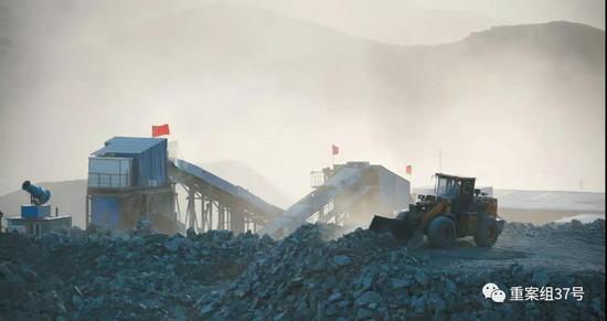 1月23日,内蒙古自治区乌拉特中旗的嵘储莫圪内选矿厂,被厚厚的粉尘笼罩,厂区内降尘的雾炮机被搁置一旁,没有使用,随风飘散的矿粉污染了周边草场。 新京报记者 游天燚 摄