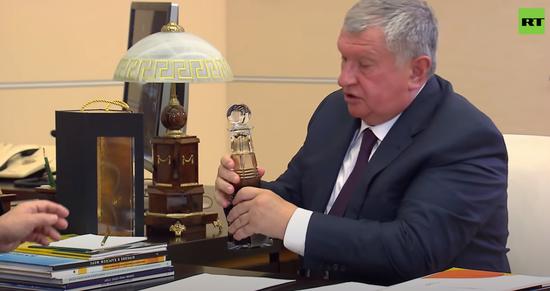 俄石油总裁拿出一瓶石油(今日俄罗斯)
