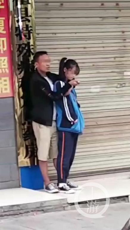 ▲犯罪嫌疑人持刀劫持一名女学生,与众人对峙。图片来源/视频截图
