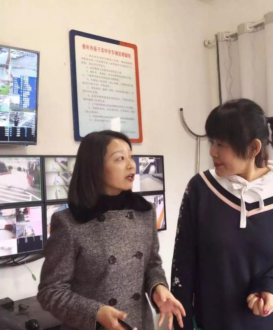 图为记者分别在大渡口幼儿园、茄子溪中学采访