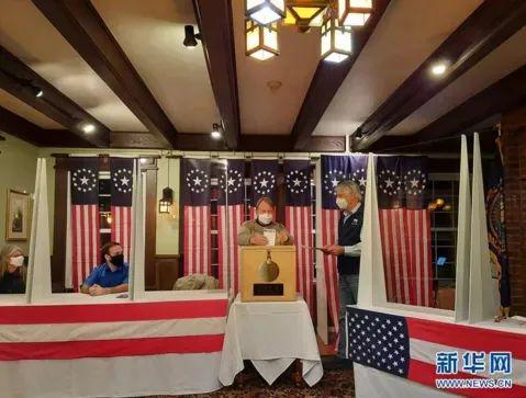 ·美国东部时间11月3日零时刚过,选民在美国新罕布什尔州小镇迪克斯维尔山口根据传统率先投票。新华社发