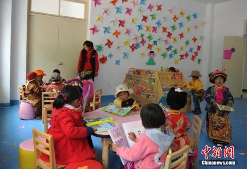 资料图:正在图书室看书的孩子们。刘忠俊 摄