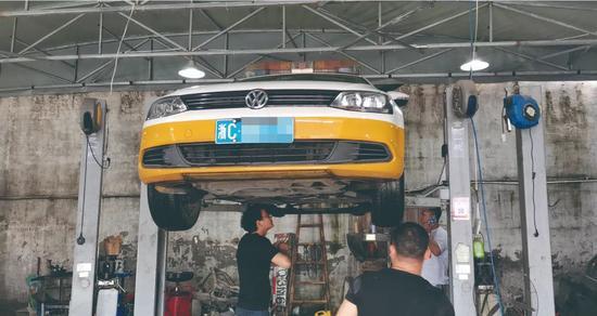 执法车辆前往修理厂进行检查本文图片均为温州都市报图