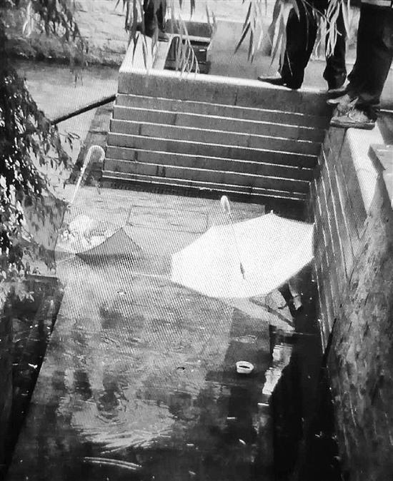 现场只留下了两把伞和一只幼鞋。(记。者翻拍的业主挑供的现场照片)