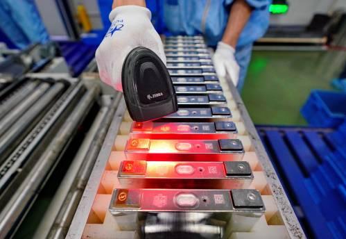 图为中国一家汽车用锂电池生产企业的工人在生产线上工作。新华社