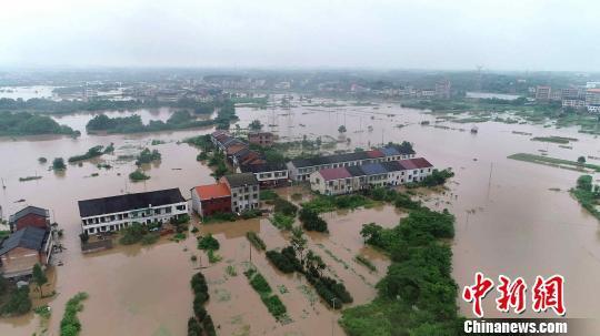 湖南衡阳县西渡镇演陂水旁的农田道路被淹,民房浸水。 钟仲华 摄