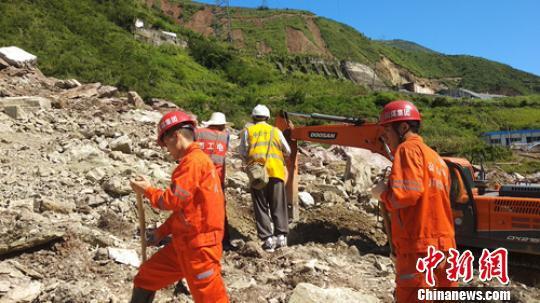 救援人員正在垮塌堆積體上開展挖掘清理。 謝培林 攝
