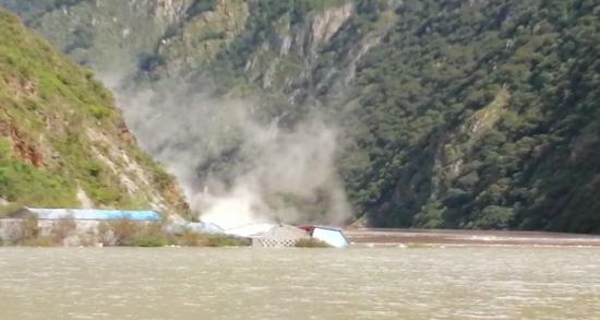 12日下午14时,金沙江和独曲河交界处仍然在塌方。通讯员夏明勇 摄