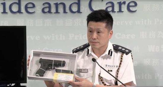 香港警察公共关系科总警司谢振中展示暴徒武器
