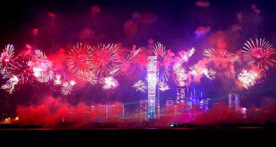 10月1日拍摄的深圳市深圳湾人才公园上空绽放的绚丽焰火新华社发(廖健)