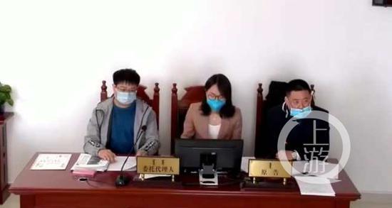 ▲2020年5月11日,刘春华(左一)向康巴什区人民法院提起行政诉讼开庭审理。图片来源/受访者供图