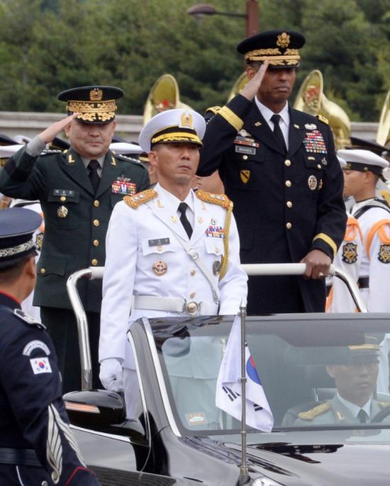 文森特·布鲁克斯在韩国检阅部队