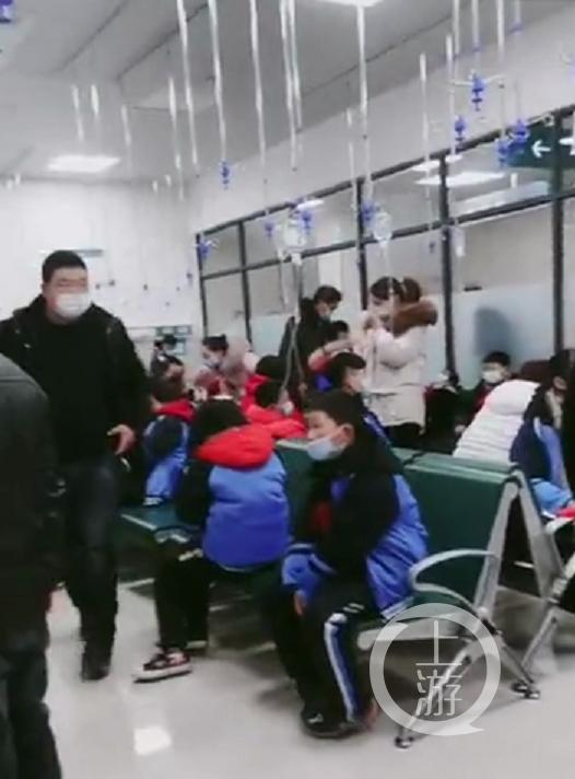 1月11日,多名学生在医院打吊瓶治疗。/视频截图