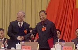 陈平(左)与张和平握手