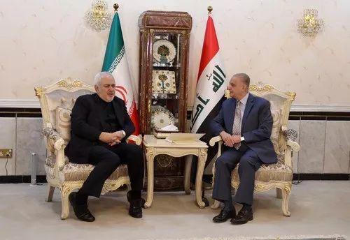 5月26日,在伊拉克巴格达,伊拉克外长哈基姆(右)和正在伊拉克访问的伊朗外长扎里夫举行会谈。新华社发