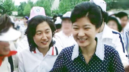 年轻时的朴槿惠与崔顺实(《首尔经济》)