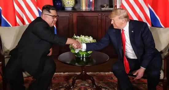 6月12日,朝鲜最高领导人金正恩(左)与美国总统特朗普在新添坡举走会晤。