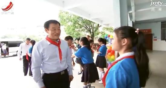 少先队员给刘奇佩戴上了鲜红的红领巾