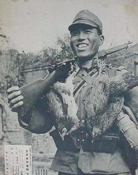 """(图为把两只鸡挂在脖子上的侵华日军,他们见啥抢啥,但抢鸡是其""""最爱"""")"""