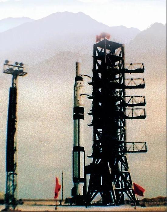 发射东方红一号卫星的长征一号运载火箭竖立在发射塔架上