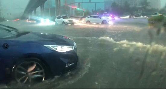暴雨中的道路。威尼斯电子来源:李森提供视频截图