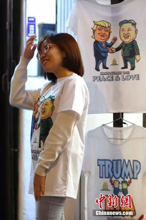 河内街头贩卖的朝美领导人会晤纪念文化衫。中新社记者 富田 摄